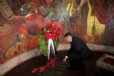 Айк Чилингарян возложил цветы к памятнику советским воинам в Трептов-парке