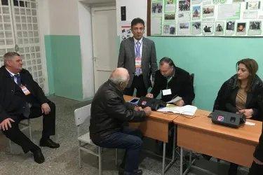 Сарсенбай Енсегенов и Юрий Тимощенко на избирательном участке, 09.12.18
