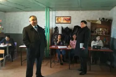 Нурали Риоев и Рахмон Шорахматов на избирательном участке, 09.12.18