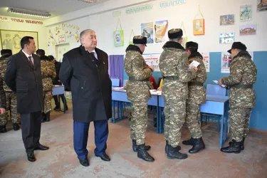 Мирлан Бакиров и Максат Сабиров на избирательном участке, 09.12.18