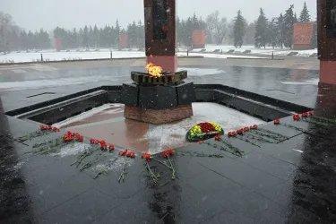 Международные наблюдатели от МПА СНГ возложили цветы к мемориальному комплексу