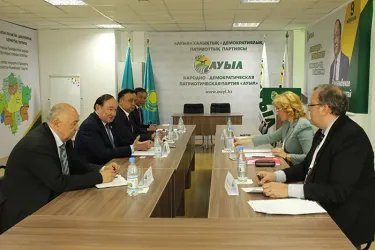 Наблюдатели от МПА СНГ посетили штаб кандидата от Народно-демократической патриотической партии «Ауыл»