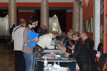 Регистрация международных наблюдателей на избирательной участке.JPG