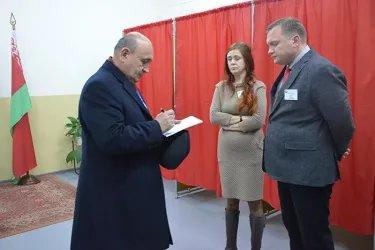 Хисрав Абдуназар на избирательном участке