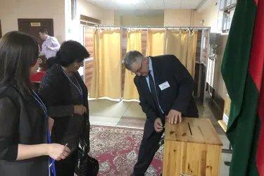 Снежанна Имашева и Мехринисо Бобобекова на избирательном участке
