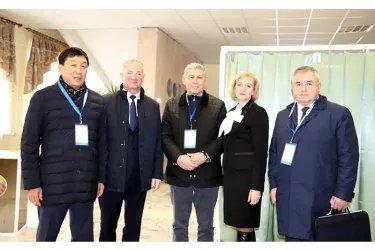 Бахадыр Сулейманов, Орозбек Алыбаев и Юрий Андреев на избирательном участке