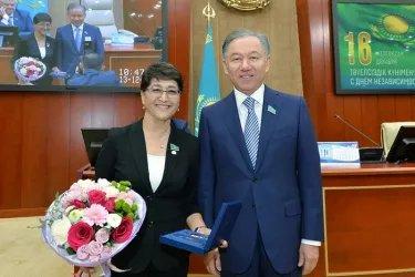 Председатель Мажилиса Парламента Республики Казахстан Нурлан Нигматулин вручил награды депутатскому корпусу