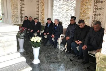Наблюдатели от МПА СНГ посетили могилу Ислама Каримова