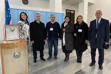 Наргис Рахмонова, Зуфар Исмоилзода и Ибод Рахимов на избирательном участке