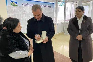 Наргис Рахмонова и Зуфар Исмоилзода на избирательном участке