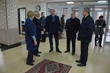 Ильяс Умаханов и Дмитрий Кобицкий на избирательном участке