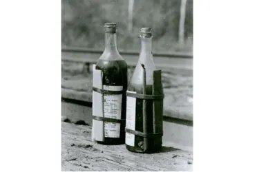 Вид бутылок с огне-взрывательной смесью, захваченных гитлеровцами как трофеи
