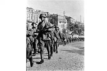 Батальоны морской пехоты уходят на фронт из Баку