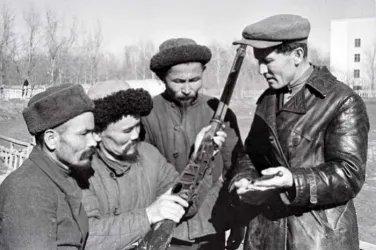 Бойцы Всевобуча Первомайского р-на г. Фрунзе за изучением винтовки