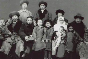Абыкей Токталиев (сидит третий слева) с семьей