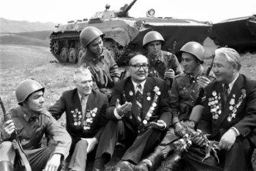 Ветераны Панфиловской дивизии гв. ст. сержант Т. Апасов, киргизский поэт гв. капитан Джусуев и гв. сержант Г.А. Копылов