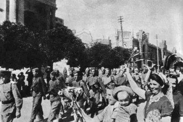 Жители Кишинева приветствуют части Красной Армии, освободившие город
