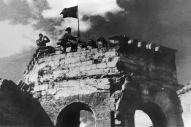 Бойцы Красной Армии водружают красное знамя над зданием горсовета в Кишиневе