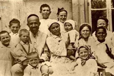 Семья Шаахмеда Шамахундова, узбекского кузнеца, который во время войны и в первые послевоенные годы усыновил 15 детей-сирот разных национальностей, стала для всего Советского Союза символом сердечной отзывчивости и деятельной любви