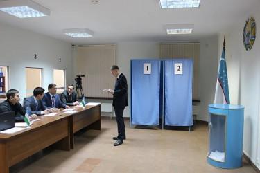 Наблюдатели от МПА СНГ на выборах в парламент Республики Узбекистан осуществляют мониторинг голосования на зарубежном избирательном участке, 22.12.2019