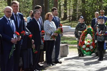 Возложение к памятнику «Солдат» на Сестрорецком мемориальном кладбище, 14.05.2021
