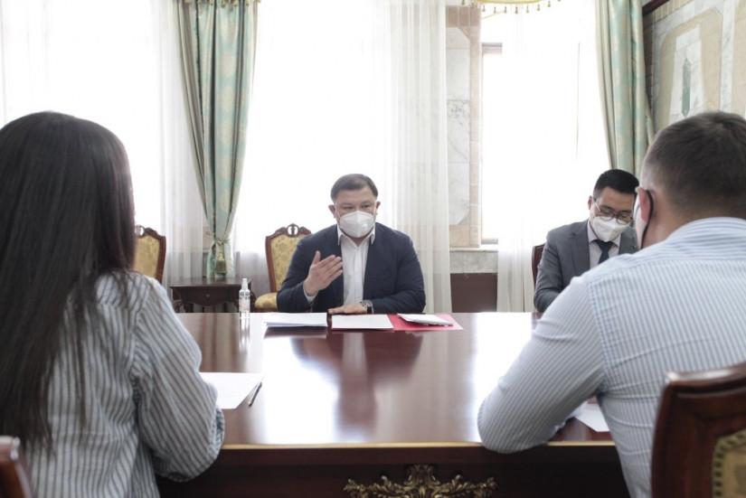 Дастанбек Джумабеков провел встречу с волонтерами, которые помогают гражданам в период пандемии