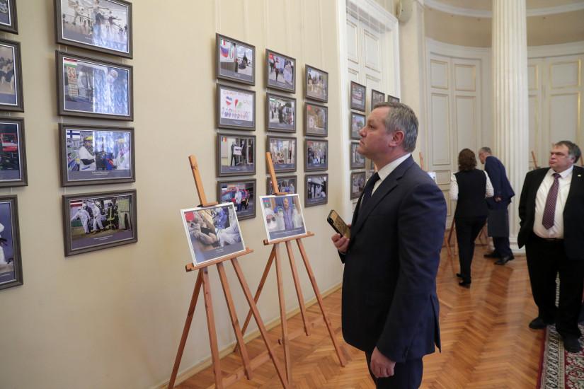 Дмитрий Кобицкий принял участие в открытии выставки в парламенте Санкт-Петербурга – экспозиция рассказывает о борьбе с пандемией