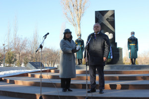 Наблюдатели от МПА СНГ приняли участие в церемонии возложения венка к памятнику «Блокадникам Ленинграда» в Бишкеке