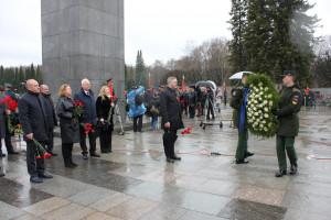 Делегация МПА СНГ возложила цветы на Пискаревском мемориале