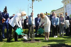 Участники Невского экологического конгресса высадили деревья у Таврического дворца