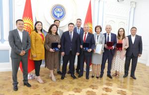 Талант Мамытов вручил депутатам и сотрудникам Аппарата Жогорку Кенеша награды МПА СНГ