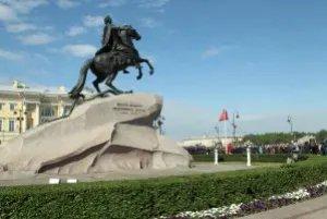 К памятнику Петру Первому возложили цветы