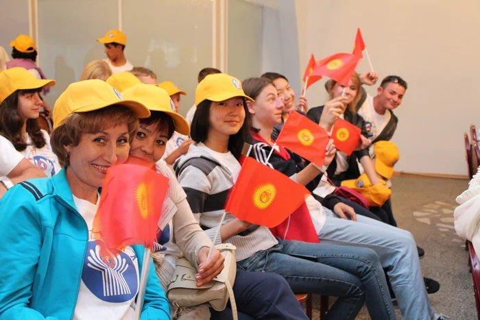 Кыргызстанский кинорежиссер Эрнест Абдыжапаров провел мастер-класс по кинематографии для школьников стран СНГ