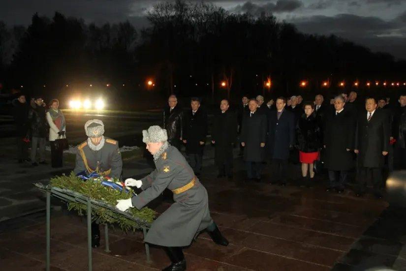 Делегация МПА СНГ возложила цветы к монументу Матери-Родины