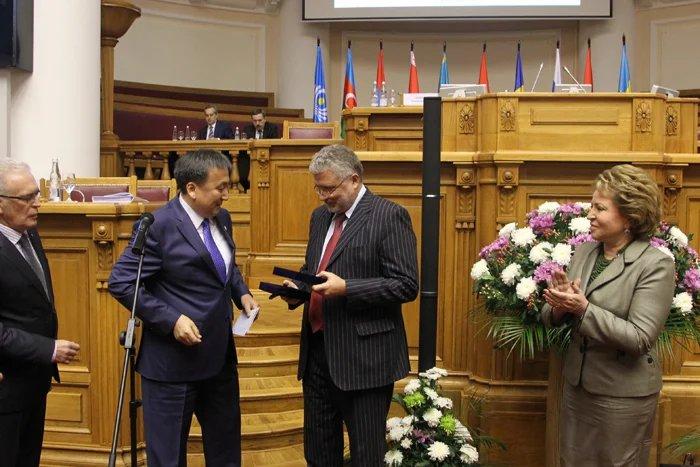 Первым лауреатом премии МПА СНГ имени Чингиза Айтматова стал главный редактор «Литературной газеты»