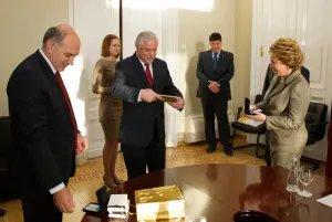 Валентину Матвиенко и Алексея Сергеева наградили медалью «20 лет ПАЧЭС»