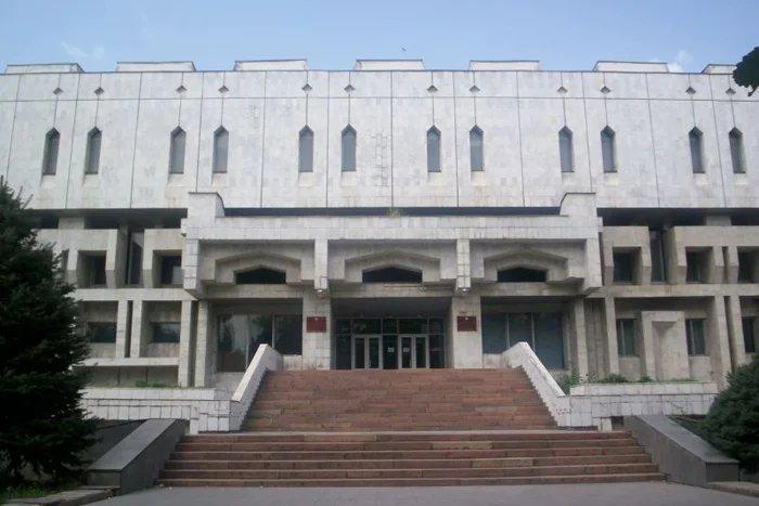 Выставка, приуроченная к 75-летию Парламента Кыргызстана,  открылась в Бишкеке