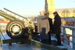 Юрий Поляков выстрелил из пушки Петропавловской крепости