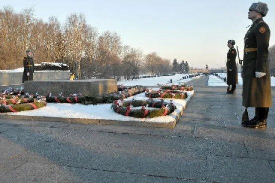 Церемония возложения цветов к монументу «Мать-Родина» в прямом эфире