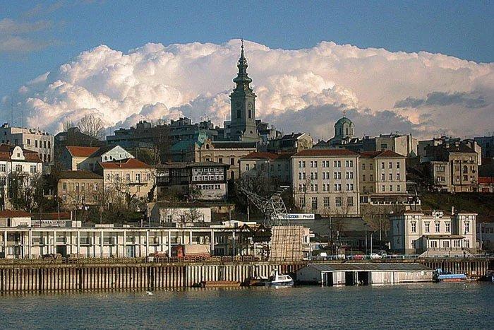 Группа международных наблюдателей прилетела в Белград