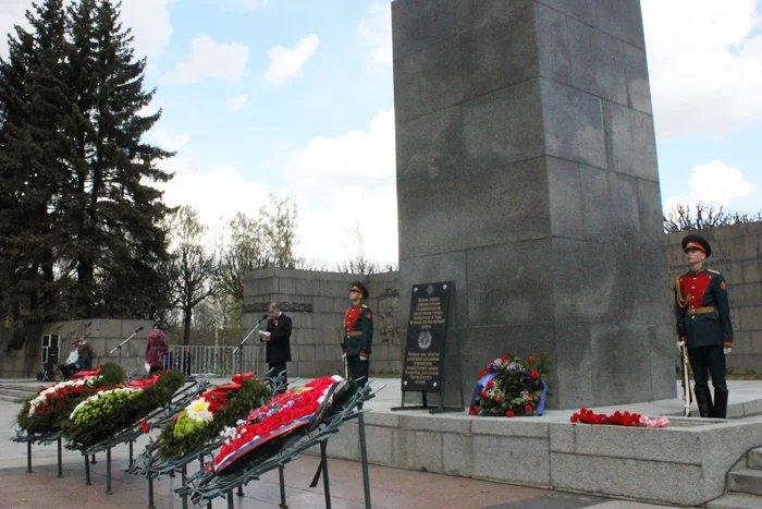 Делегация Секретариата Совета МПА СНГ почтила память воинов таджикистанцев