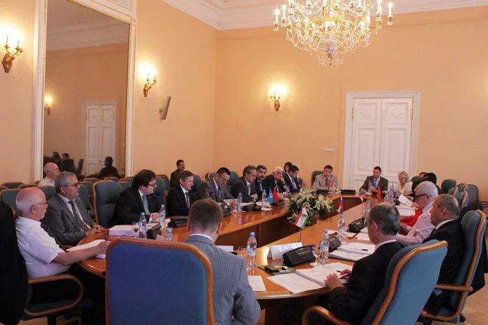 Парламентарии и эксперты обсуждают вопросы экономики и финансов