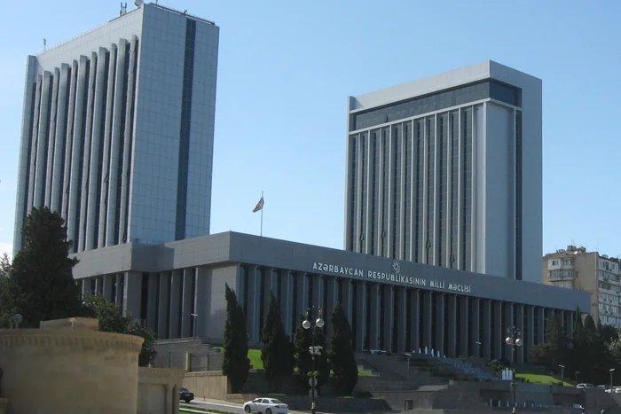 Парламент Азербайджана официально закрыл весеннюю сессию, но депутаты продолжают работать