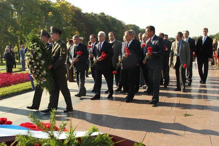 Делегация МПА СНГ возложила цветы и венки к монументу «Мать-Родина»