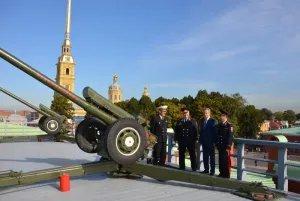 Полуденный залп в Петропавловской крепости посвящен безопасности на дорогах