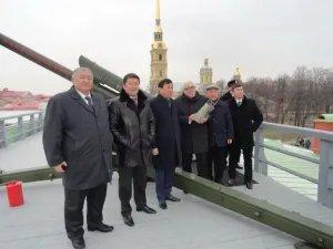 Анар Рзаев выстрелил из пушки Петропавловской крепости