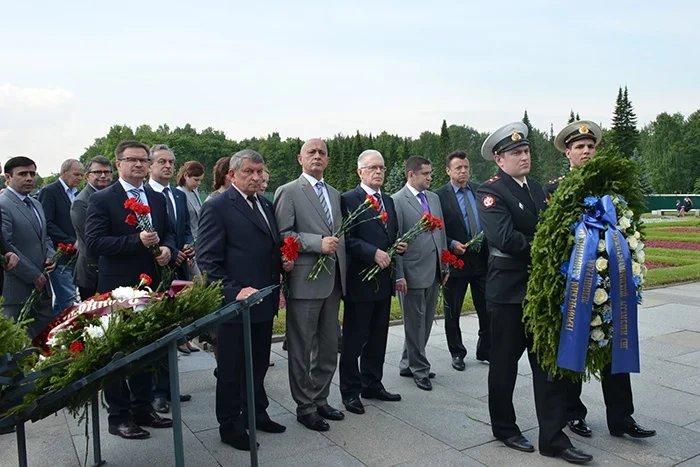 На Пискаревском мемориальном кладбище прошла торжественно - траурная церемония