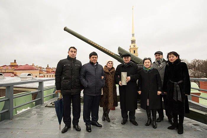 Грачья Тамразян выстрелил из пушки Петропавловской крепости