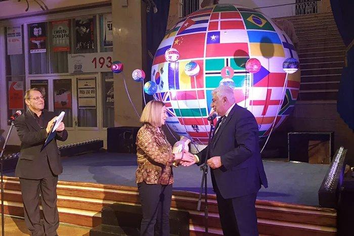 Представители МПА СНГ вручили памятные подарки участникам фестиваля «Встречи в России»