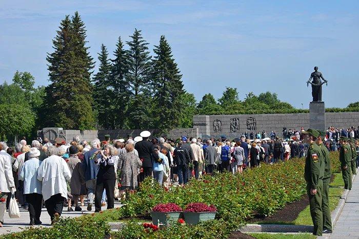 Торжественно-траурная церемония прошла на Пискаревском мемориальном кладбище